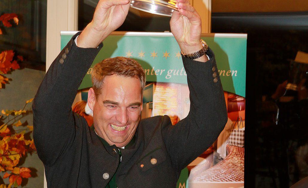 Jubel beim Gewinner des diesjährigen AWARD – Stefan Freitag (Direktor)